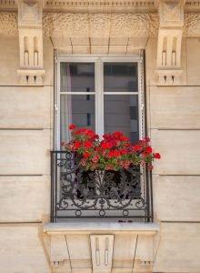 französischer Balkon mit Blumenkasten