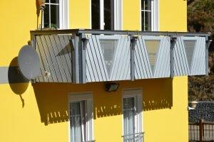 Balkon mit Lochblechverkleidung 1
